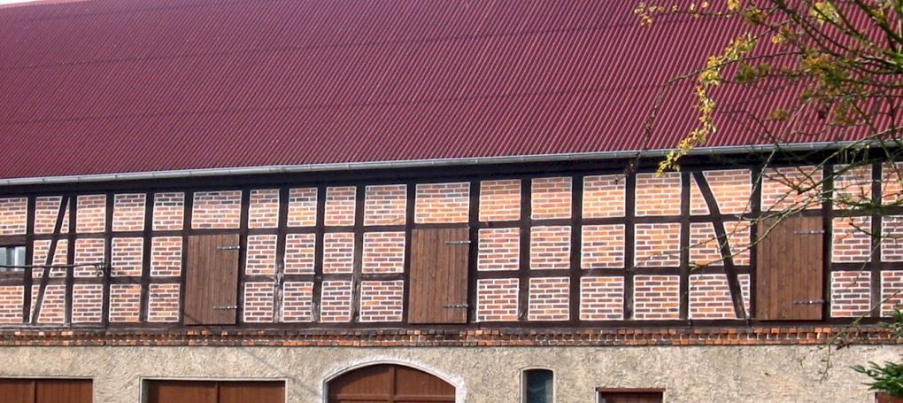 Dach einer Scheune mit ONDULINE Bitumenwellplatten verlegt.